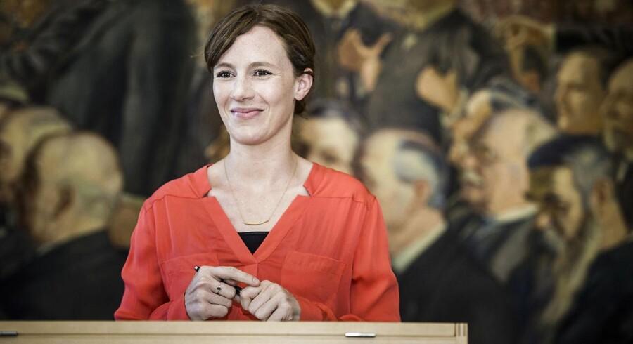 Lea Wermelin skriver under på Grundloven efter at være blevet valgt til Folketinget. (Socialdemokraterne).