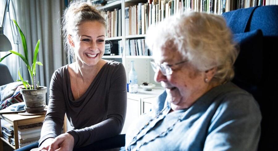Københavns Kommune har kørt et pilotprojekt, hvor kommunalt ansatte SOSU'er og sygeplejersker har kunnet vælge at gå op eller ned i tid. SOSU-medhjælper Pia Egbo er gået op i tid. Vi besøger hende, mens hun er hjemme hos borgeren, Karin Andersson.