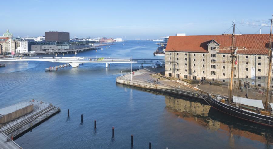 Her er udsigten fra Peter Asschenfeldts splinternye luksuslejlighed på Krøyers Plads på Christianshavn i det indre København.