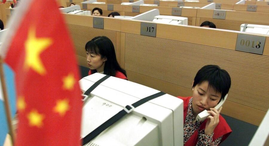 Kina fremviser det største handelsoverskud i november i næsten fem år i takt med at en skyhøj eksporten løber fra en beskeden vækst i importen.