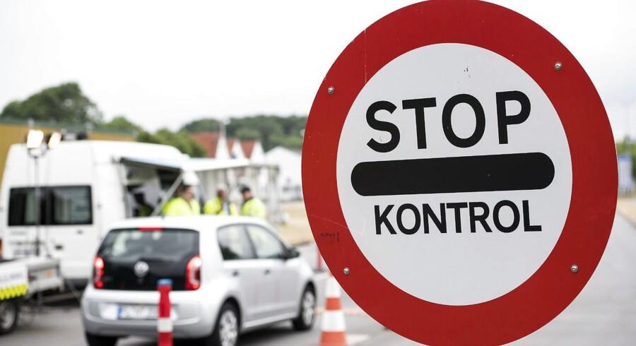 Det ser ud til, at grænsekontrollen kan forlænges med yderligere tre måneder, når EU-Kommissionen på onsdag kommer med sin anbefaling. ARKIVFOTO 2016 af grænsekontrol i Kruså. (Foto: Claus Fisker/Scanpix 2016)
