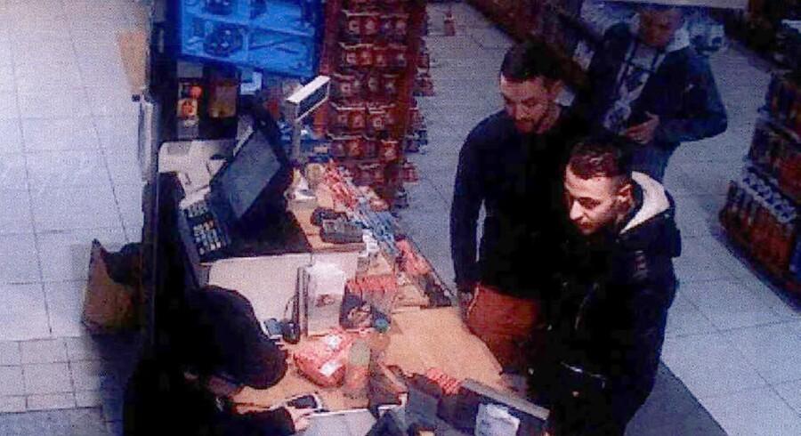 Salah Abdeslam (t.h.) fanget på et overvågningskamera på en tankstation nord for Paris, inden han blev anholdt af belgisk politi i bydelen Molenbeek i Bruxelles i marts 2016. Han er den eneste overlevende af de formodede gerningsmænd bag terrorangrebet i Paris i 2015, hvor 130 mennesker blev dræbt. Scanpix/-/arkiv