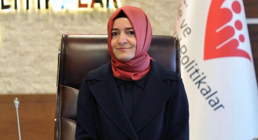 Den tyrkiske familieminister Fatma Betul Sayan Kaya (billedet) er blevet stoppet af hollandsk politi.