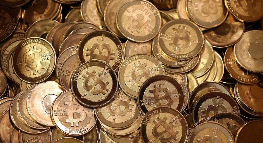 Bitcoint er på cirka fem år blevet den mest udbredte virtuelle valuta. Men modgangen fra flere myndigheder rammer hårdt.