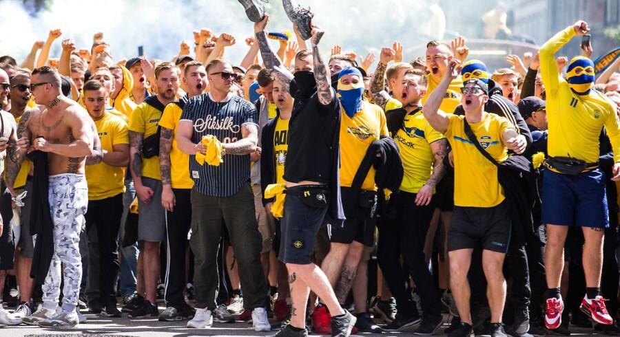 Tilfældige Brøndby-fans marcherer mod Telia Parken, hvor Brøndby skal møde FC København i Pokalfinalen torsdag d. 25. maj 2017.