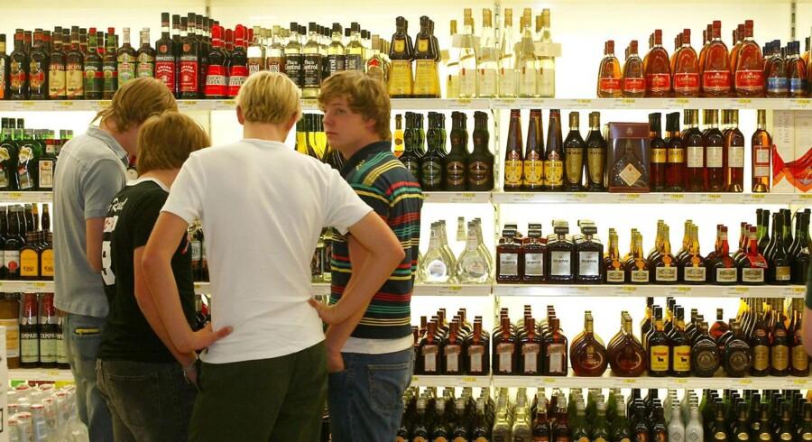 Hvor meget højere prisen på en discountvodka på supermarkedernes spiritushylder skal være, vil SF-ordføreren ikke lægge sig fast på.