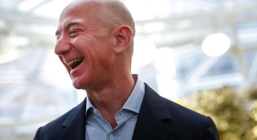 Amazons grundlægger og koncernchef er her fanget i et muntert øjeblik under åbningen af det nye hovedsæde i Seattle, Washington. Foto: Lindsey Wasson/Reuters