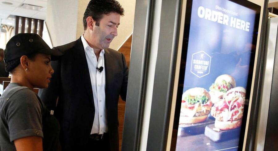 McDonald's CEO Steve Easterbrook ddemonstrere, hvordan man bruger selvbetjeningsskærmen i en amerikansk McDonalds.