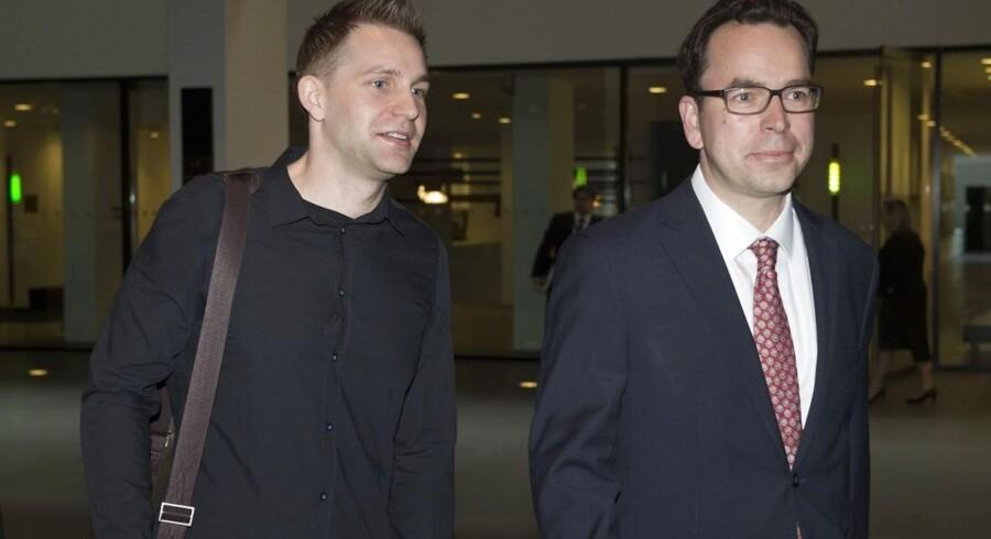 Den østrigske jurastuderende Maximilian Schrems (til venstre) får nu endelig undersøgt sin klagesag over Facebook, der beskyldes for ulovligt at have overført hans personlige data til USA, der er et usikkert dataland. Her ankommer han med sin advokat, Herwig Hofmann, ved EU-Domstolens banebrydende afgørelse 6. oktober, som erklærede transatlantisk udvekslingsaftale for ugyldig. Arkivfoto: John Thys, AFP/Scanpix