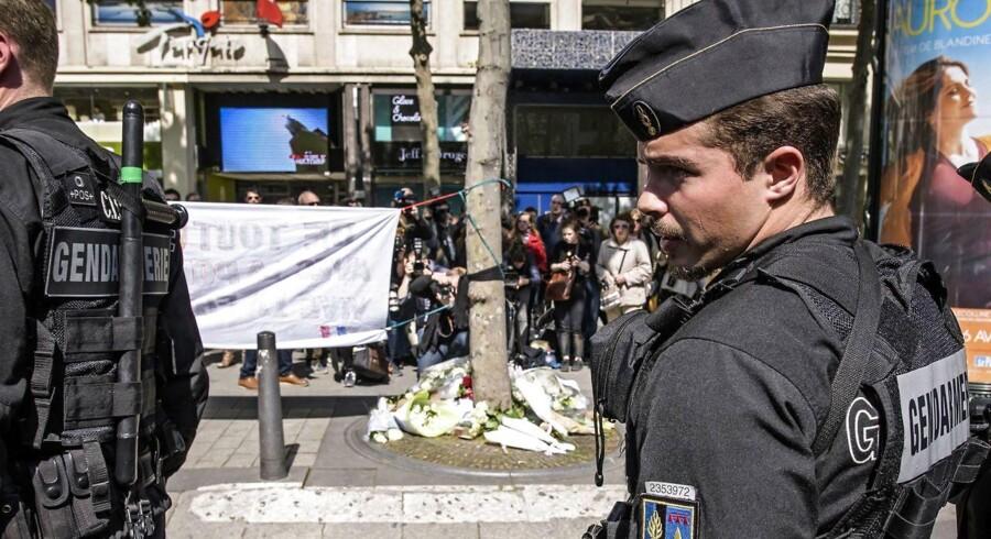 Dagen efter skudangrebet på Champs-Élysée i Paris, hvor den 39-årige Karim Cheurfi dræbte en politibetjent og sårede to andre betjente samt en turist, er der fortsat ekstra stor polititilstedeværelse på den berømte gade. De to øvrige sårede politibetjente og turisten er alle meldt uden for livsfare. EPA/CHRISTOPHE PETIT TESSON