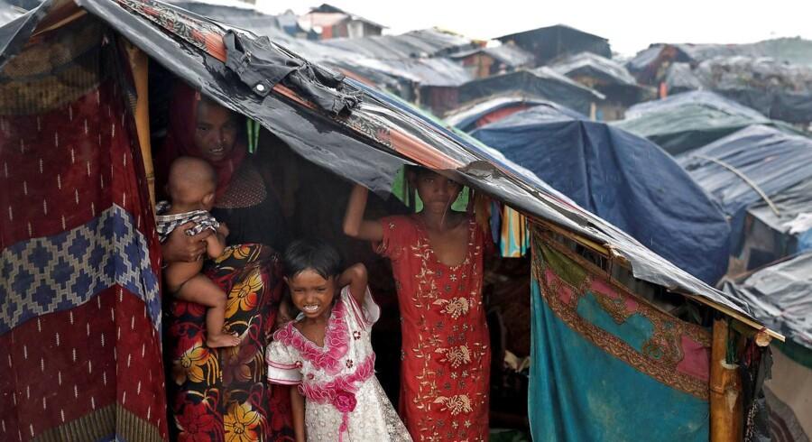 Chauffør mistede kontrol over lastbil fyldt med fødevarer til nødstedte rohingya-muslimer, siger politiet.