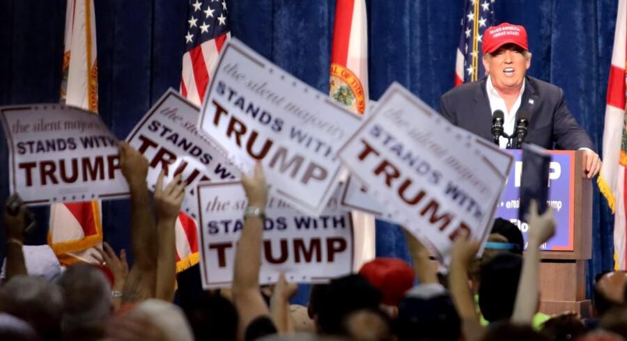 »Jeg siger tingene, som de er,« lyder det fra Donald Trump, der lige nu ser ud til at have en god chance for at blive Republikanernes præsidentkandidat. Han har givet masser af amerikanere, som ellers ikke har vist interesse for politik, en stemme, og ikke mindst hans tale om terror og islam har givet ham tilhængere.