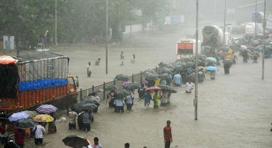 Mere end 1200 personer er døde som følge af oversvømmelserne i Nepal, Bangladesh og Indien, der har stået på i flere uger. Det skriver flere internationaler medier, ifølge Ritzau, onsdag den 30. august. (Foto: PUNIT PARANJPE/Scanpix 2017)