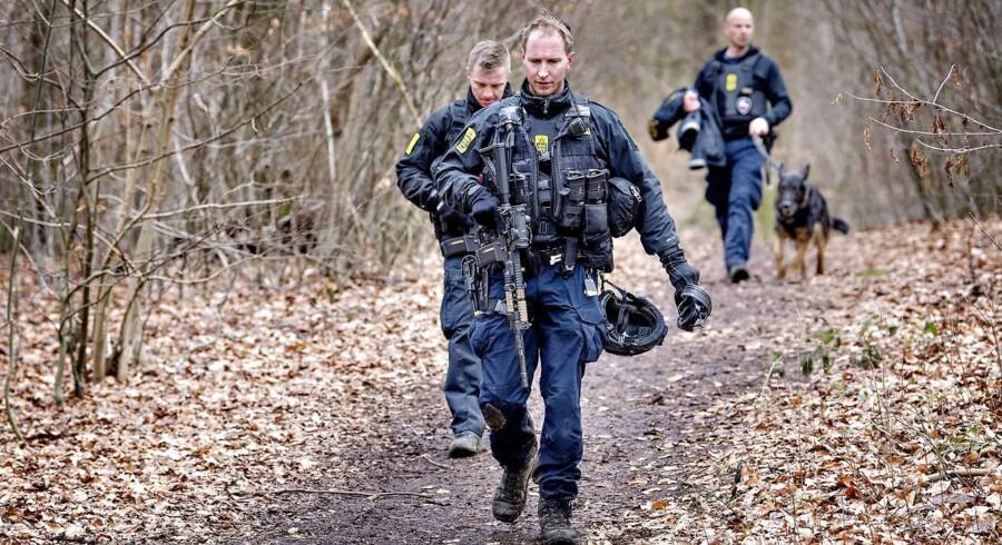 Politiet har iværksat en menneskejagt søndag d. 18. februar 2018, efter en øksemand umotiveret overfaldt et 19-årigt par på en Circle K-station i Birkerød. Betjente forlader skoven Bistrup Hegn efter forgæves eftersøgning.. (Foto: Bax Lindhardt/Scanpix 2018)