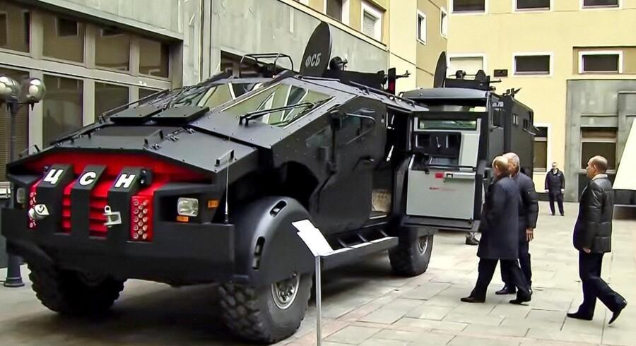 »Afstrafferen« er navnet på den russiske sikkerhedstjenestes nye monstertruck. Her får præsident Putin en indføring i vognens udstyr.