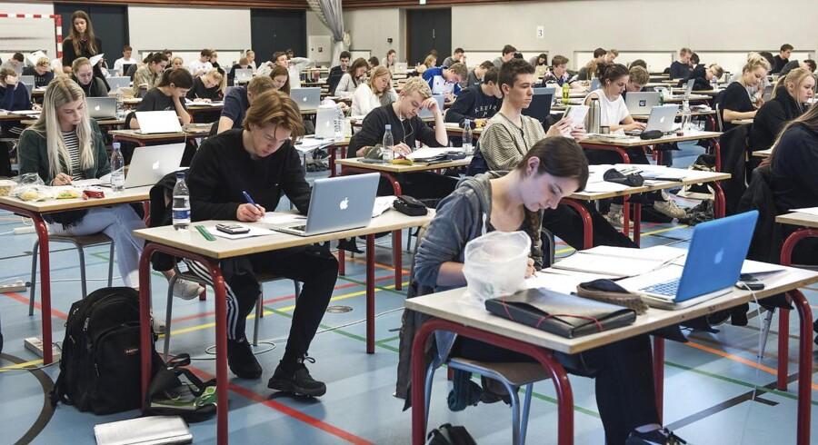 Elever, der er begyndt i gymnasiet efter 1. august 2017, må ikke bruge internettet som fagligt hjælpemiddel ved de skriftlige prøver. Arkivfoto.