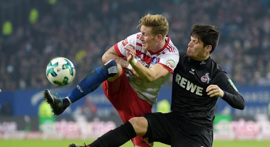HSVs Andre Hahn i infight med FC Kölns Jorge Mere i bundesligaopgøret mellem de to hold forleden.