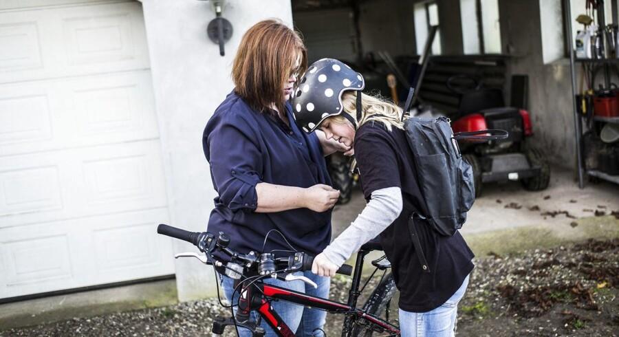 Haderslev Kommune har siden kommunalformen valgt at lave en række skolesammenlægninger. Ifølge kommunens plan skal 12-årige Pernille Bloch Sørensen til sommer derfor begynde på en skole 14 kilometer fra familiens hus. Pernilles forældre har nu besluttet at flytte hende til en skole i nabokommunen i stedet.