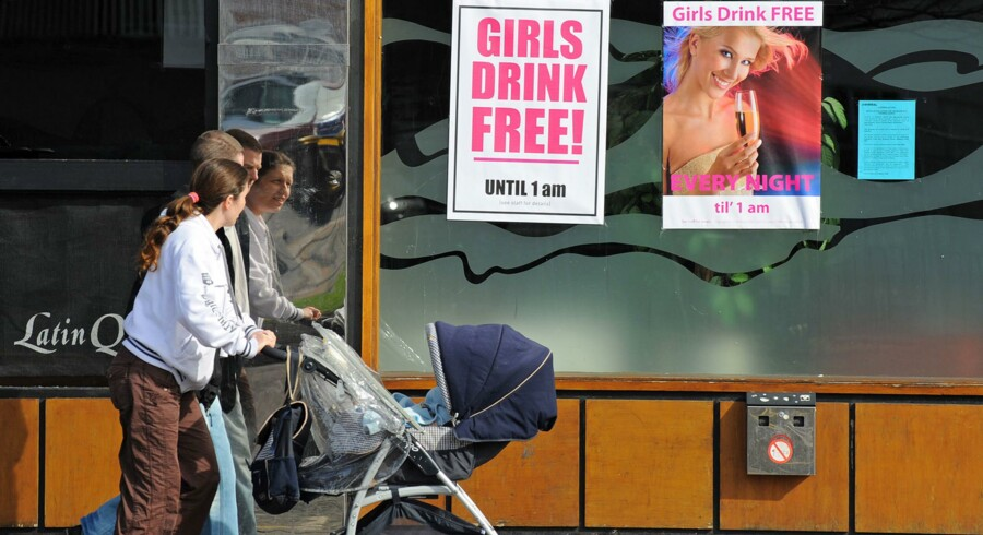 Meget tyder på, at unges »ophold« i cyberspace uden for virkelighedens verden kan være en væsentlig årsag til, at briterne nu endelig er ved at få antallet af de mange uønskede graviditeter blandt piger under 18 år bragt ned.