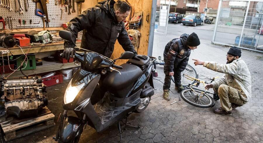 Mjølnerparken: om 5 år er vi normale. Mohammed styrer Mjølnerparkens værksted, hvor han bla hjælper andre beboer med deres scootere.