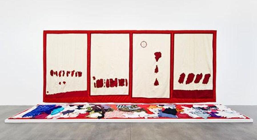 Abdoulaye Konaté, der udstiller på Kunstmuseet Arken, behandler i sine store billeder udført i tekstil verdens alvorlige problemer. Her er det kampen mod AIDS. Foto: PR