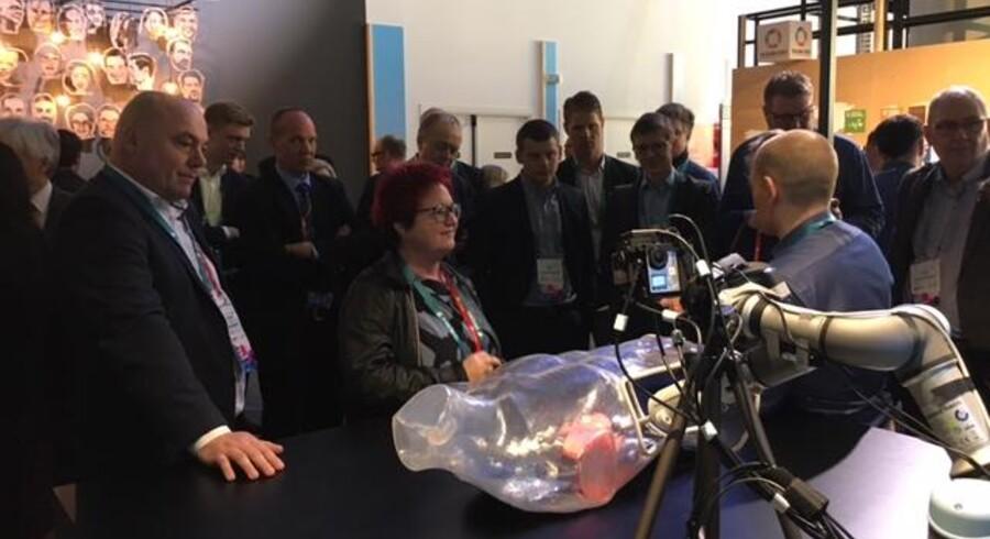 En robotarm foretager en operation, mens lægen sidder et helt andet sted men kan styre den over fremtidens hurtige 5G-mobilnet, som har stort set ingen forsinkelse. Flere af Folketingets teleordførere får forevist mulighederne på verdens største mobilmesse, Mobile World Congress, i Barcelona. Foto: Peder Søgaard-Pedersen, DI Digital