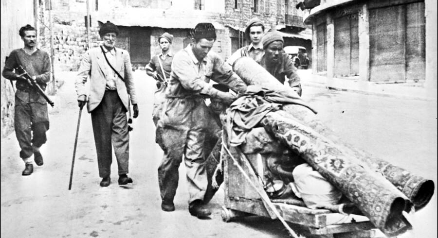 Medlemmer af den jødiske milits Haganah tvinger palæstinensere til at forlade byen Haifa 12. maj 1948. Scanpix/-