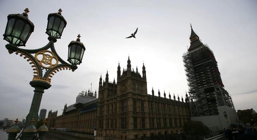 En løbsk sexskandale har tvunget den britiske forsvarsminister til at gå af. Ministeren er kun én ud af 40 navne på en liste over konservative ministre og parlamentsmedlemmer, som er »klamme og ubehagelige« politikere / AFP PHOTO / Daniel LEAL-OLIVAS