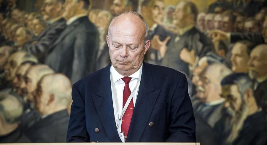 Jan Erik Messmann, Dansk Folkeparti, skriver under på Grundloven.