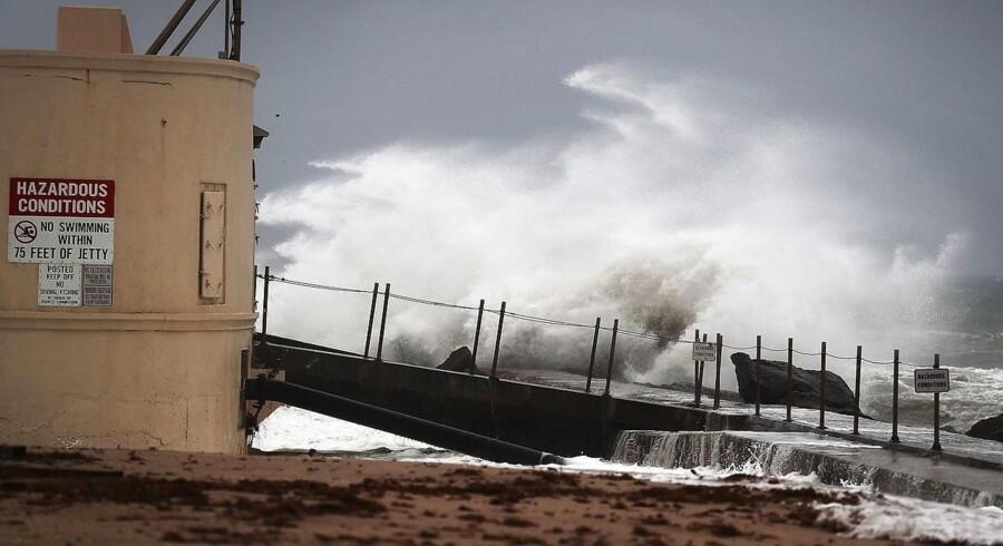 Orkanen Matthew sender høje bølger ind over kysten ved Singer Island i Florida 6. oktober.