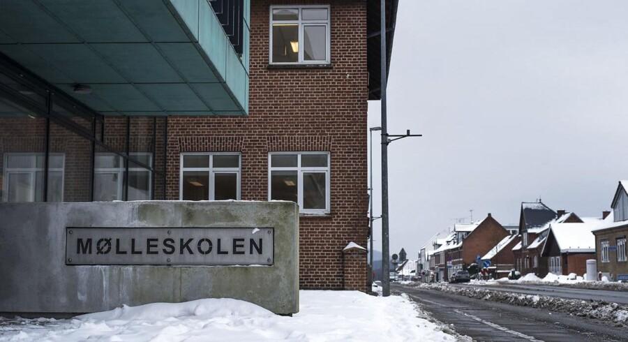 Fem elever fra 9. klasse på Mølleskolen i Ry mødtes om aftenen mandag 6. februar foran byens sportshal.