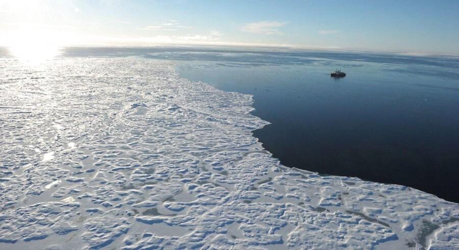 ARKIVFOTO: Isen i Ishavet fortsætter måske med at smelte, selv om verdens regeringer opnår de mål for at mindske global opvarmning, som blev aftalt i 2015. Det konkluderer forskere i en ny rapport.