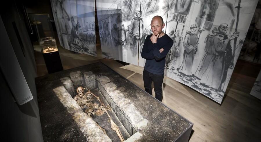 Arkæolog Mads Runge står ved biskop Eilberts skelet. Foto: Robert Wengler