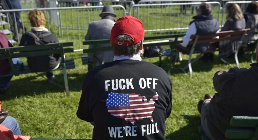 Arkivfoto. En tilhører er mødt op med en t-shirt med et budskab om, at USA »er fyldt« ved et arrangement for republikanere 8. oktober 2016 i Wisconsin. / AFP PHOTO / MANDEL NGAN