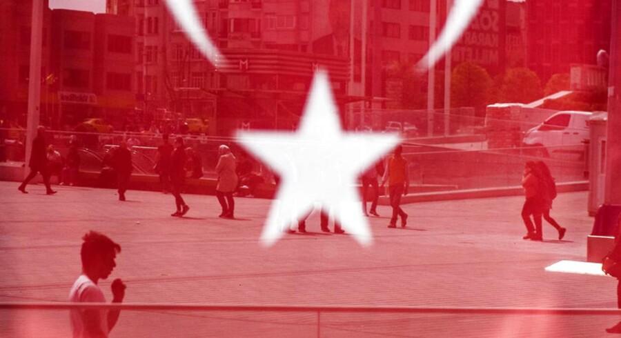 Dagen efter folkeafstemningen i Tyrkiet emmer af, at livet fortsætter som normalt. Officielt blev folkeafstemningen afgjort med et ja til Præsident Erdogans favør, men flere oppositionspatier sår tvivl om resultatet og mener, at der har været valgfusk involveret.