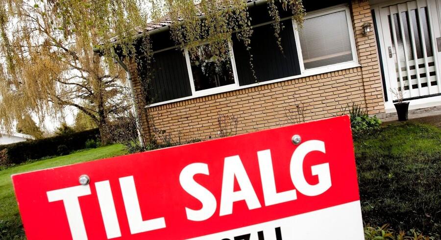 Udbuddet af boliger til salg falder, mens sælgerne har skruet op for priserne, viser nye tal fra Finans Danmark.