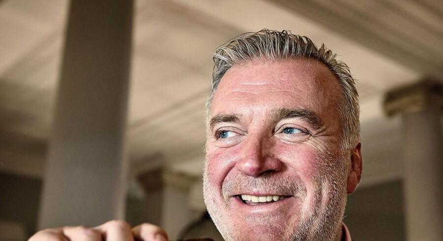 Lars Seier Christensen kommer til at tjene milliarder på salget af sit livsværk Saxo Bank til et Hong Kong-baseret firma.