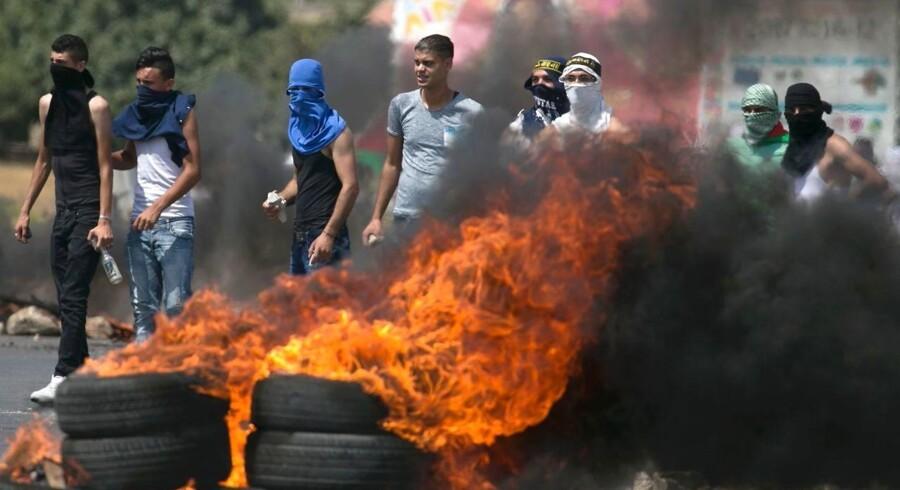 Tusindvis af muslimer deltog fredag i en protestaktion i gaderne nær et af Jerusalems helligste steder.