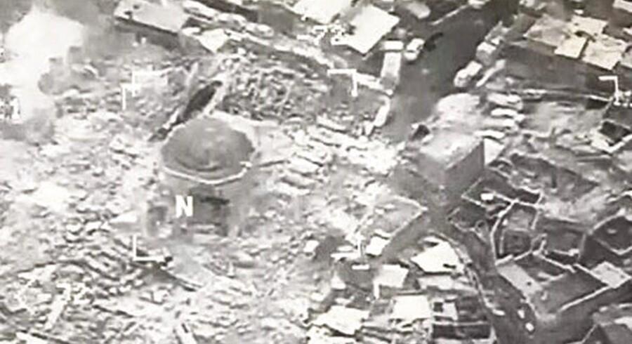 epa06042179 Et luftfoto fra Koalitionen mod IS viser ødelæggelserne ved al-Nuri Moskeen i Mosul. Islamisk Stat menes at stå bag eksplosionen, men terrororganisationen beskylder USA for at have bombet moskeen. 21. juni 2017 EPA/COMBINED JOINT TASK FORCE HANDOUT BEST QUALITY AVAILABLE HANDOUT EDITORIAL USE ONLY/NO SALES