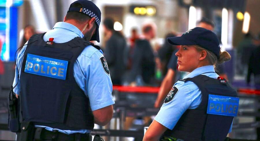 Sikkerheden i de australske lufthavne er blevet skærpet. Det betyder, at flypassagerer er blevet bedt om at møde op i bedre tid. Samtidig opfordrer myndighederne til, at man medbringer mindre bagage end sædvanligt.