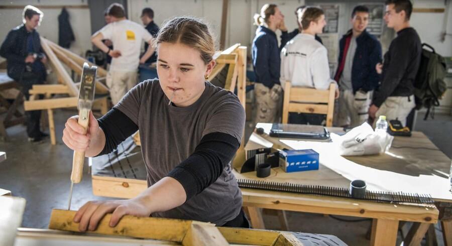 Amalie Rafn er i færd med at tage den kombinerede studenter- og håndværkeruddannelse tømrer-EUX. Om to år står hun med både en studenterhue og et svendebrev i hånden. Hun er 18 år og tager uddannelsen, fordi det giver noget at falde tilbage på med to slags uddannelser.
