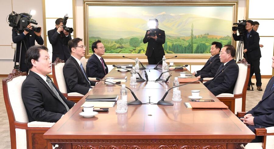 Billedet her er offentliggjort af det sydkoreanske ministerium for genforening viser repræsentanter fra Nordkorea (til højre), der taler med repræsentanter fra Sydkorea (til venstre) på et møde i grænsebyen Panmunjom i den demilitariserede zone onsdag. Scanpix/Handout