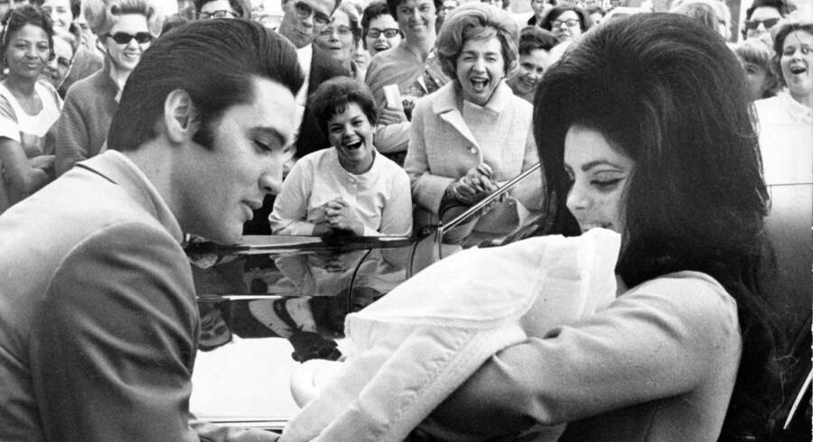Elvis Presley med sin datter Lisa Marie - dengang for meget længe siden. Et selskab, der driver Graceland i USA, tilkendes en erstatning på 500.000 kroner, fordi et lille museum i Randers bar næsten samme navn (arkivfoto). Free/Wikipedia