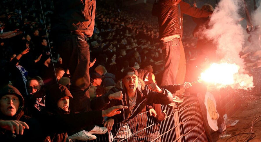 Er fodboldinteressen en fortryllende ild, der gør os til bedre mennesker med sans for fairplay og giver livet mening - eller er den en forbandelse, der stjæler vores livsglæde, ødelægger vores balance og gør os til værre mennesker?