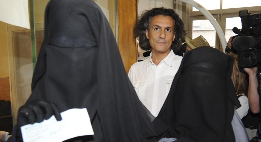 Den franske forretningsmand Rachid Nekkaz ses her sammen med Halima (t.v.) og Imen (t.h.), i Bruxelles, hvor han betalte de to kvinders bøde for at bære niqab. Både Frankrig og Belgien har forbudt tildækning af ansigtet i det offentlige rum, og det har vakt røre i visse kredse. Foto: Laurent Dubrule