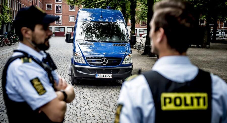 Mobil politistation bliver sat op på Blågårds Plads på Nørrebro i København den 10. august 2017. Der skal være indgået en aftale om våbenhvile i den københavnske bandekonflikt, der på kort tid har kostet tre personer livet, men politiet frygter alligevel hævnaktioner, banderne imellem. (Foto: Mads Claus Rasmussen/Scanpix 2017)