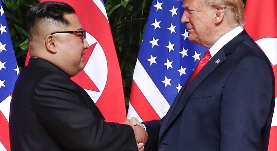 Det første historiske håndtryk mellem USAs præsident, Donald Trump, og Nordkoreas leder, Kim Jong-un – og efterfølgende gav de hinanden mange flere.