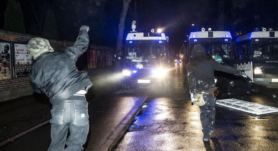 Demonstranter kaster brosten mod politiet. Ungdomshuset i København afholdte onsdag den 1. marts 2017 en demonstration, der bevægede sig fra Vor Frue Plads mod Nørrebro i anledningen af 10-året for rydningen af Ungdomshuset på Jagtvej 69.