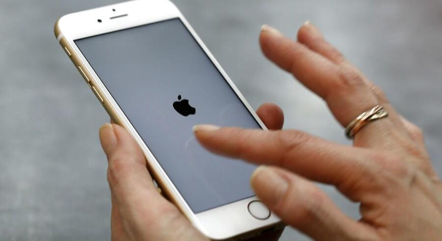 En patentmyndighed i Beijing har beordret Apple til at stoppe salget af iPhone-modellerne 6 og 6 Plus i byen. Myndigheden mener, at designet i alt for høj grad ligner en kinesisk telefon.