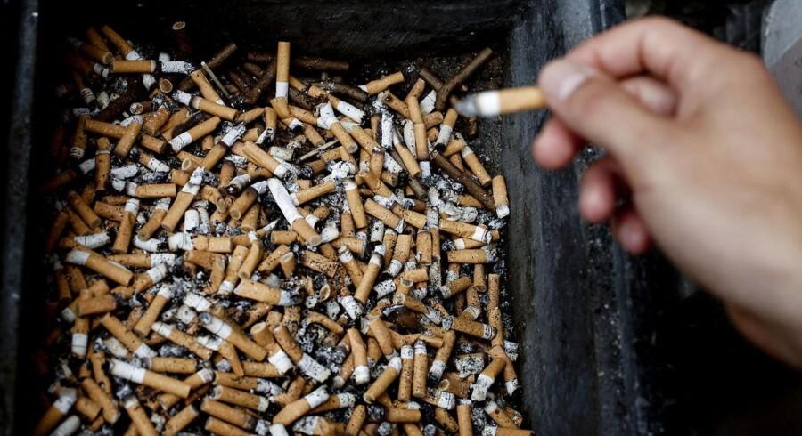 »Der findes ikke noget, som kan kaldes en sikker cigaret. Dette er et område, som bør undersøges meget nøje. Rygere, der køber cigaretter med lavt tjæreindhold pulser mere intenst, hvorved der kommer flere kræftfremkaldende stoffer og flere giftstoffer til det perifere lungeområde, hvor lungecancer udvikles,« siger professor Liam Donaldson. (arkivfoto) Free/Colourbox